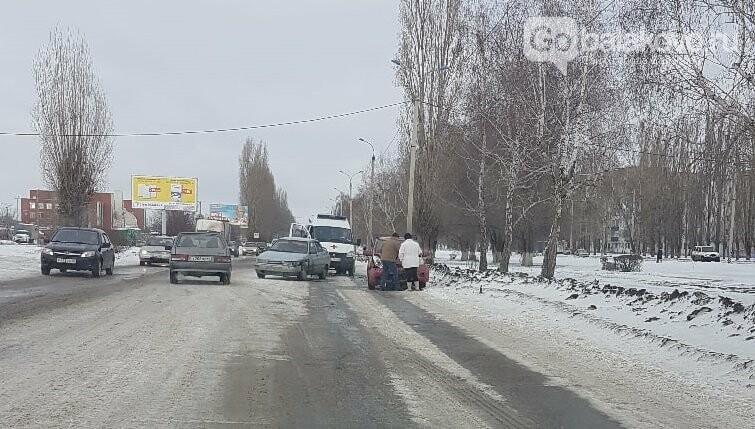 """Nissan чуть не сбил пешехода на """"зебре"""", после чего врезался в легковушку в Балаково, фото-2"""