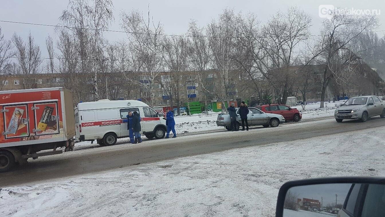 """Nissan чуть не сбил пешехода на """"зебре"""", после чего врезался в легковушку в Балаково, фото-1"""