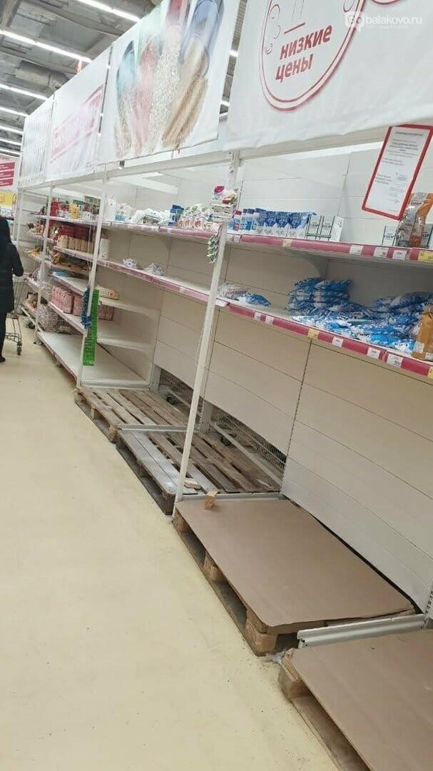 Балаковцы активно опустошают полки магазинов, фото-1