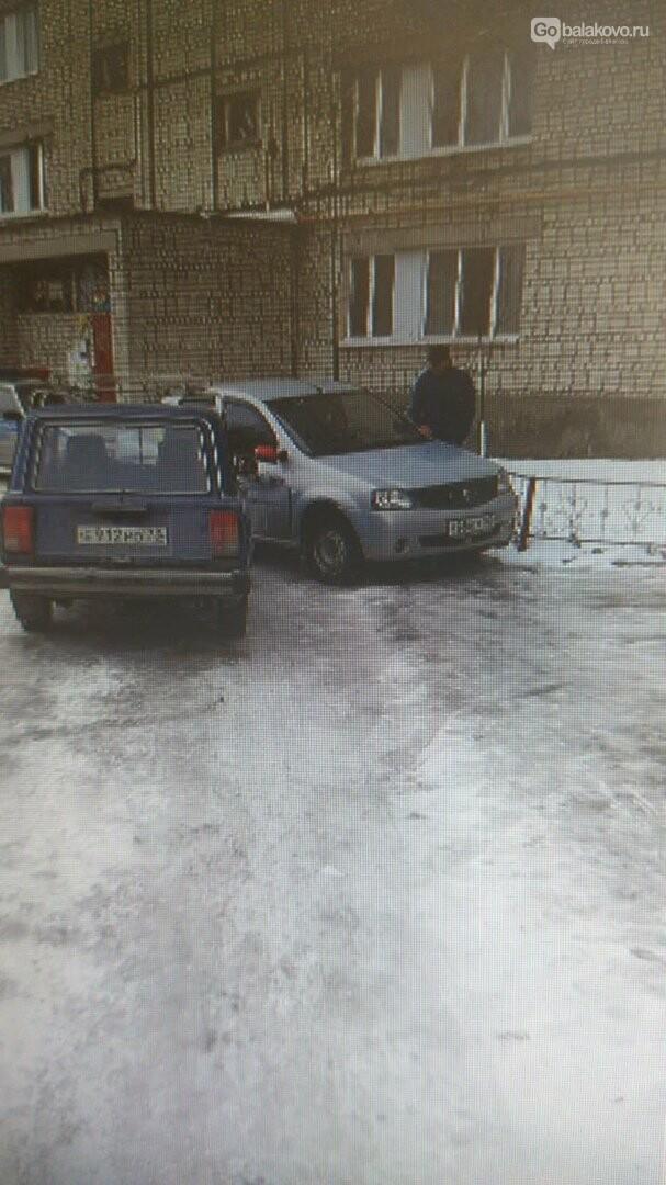 """Renault logan и """"Жигули"""" столкнулись в балаковском дворе, фото-1"""