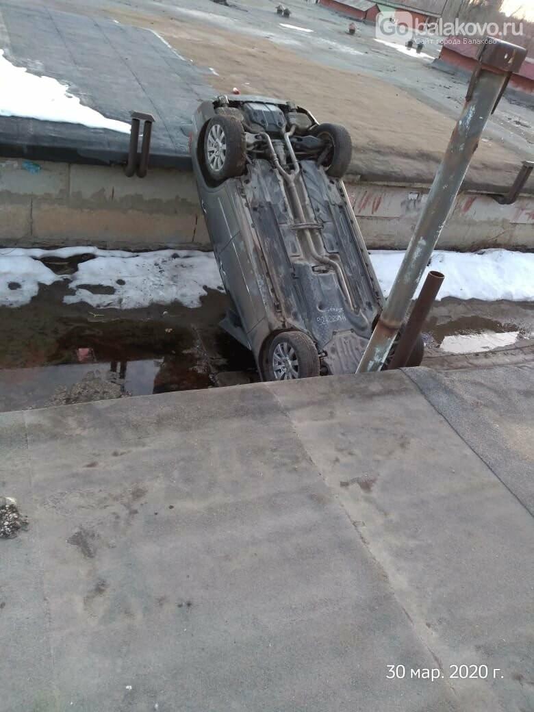 В гаражном кооперативе иномарка опрокинулась на крышу. Фото.Видео, фото-1