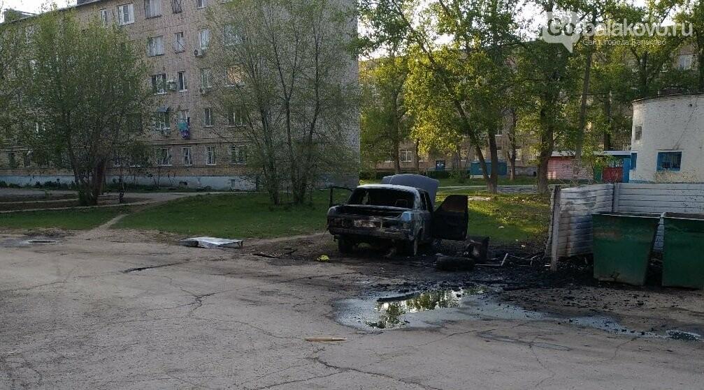 В Балаково на ул.Комарова дотла сгорела легковушка. Фото.Видео, фото-2