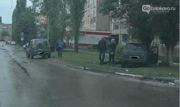 ВАЗ въехал в дерево после столкновения с легковушкой, фото-2
