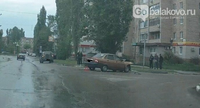 ВАЗ въехал в дерево после столкновения с легковушкой, фото-1