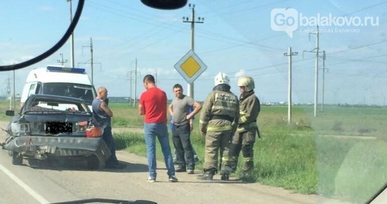 Легковушка и грузовик столкнулись на трассе недалеко от Балаково, фото-3