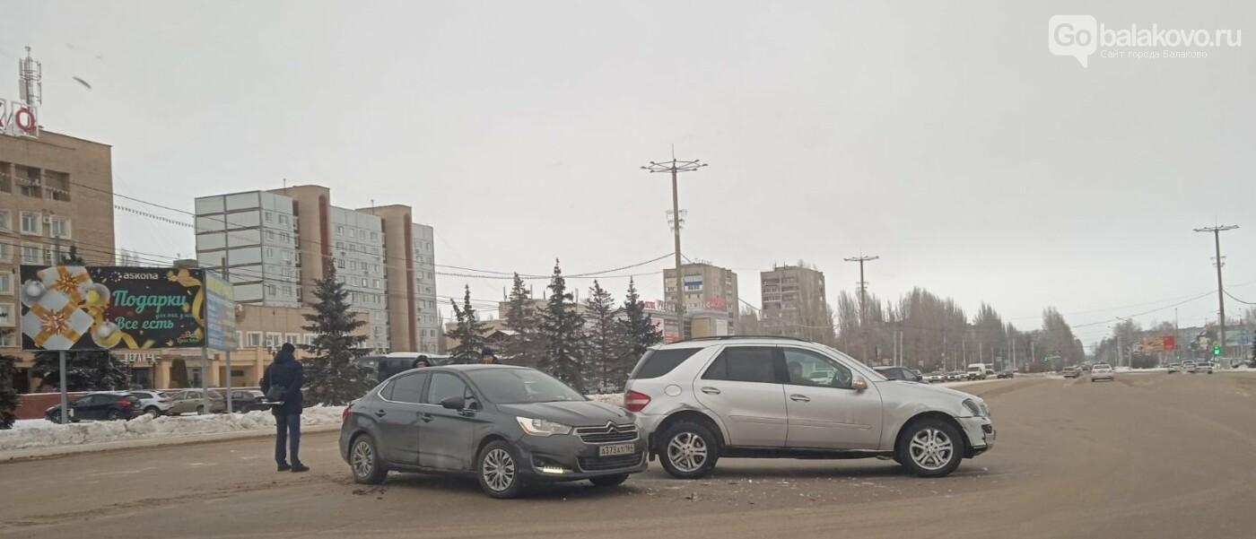 Авария у администрации: столкнулись Citroen и Mercedes, фото-1
