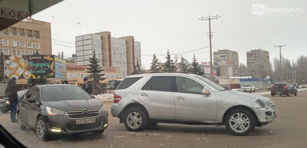 Авария у администрации: столкнулись Citroen и Mercedes, фото-3